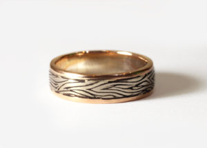18ct Fairtrade gold 2 tone with wood grain finish